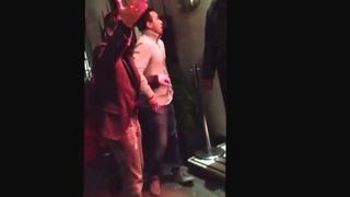Пьяного Аршавина не пускает охранник ночного клуба в Лондоне