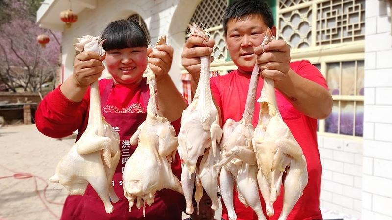 【陕北霞姐】胖弟弟帮忙垒院墙,霞姐一次炖5只鸡,就着米饭猛扒拉,3049