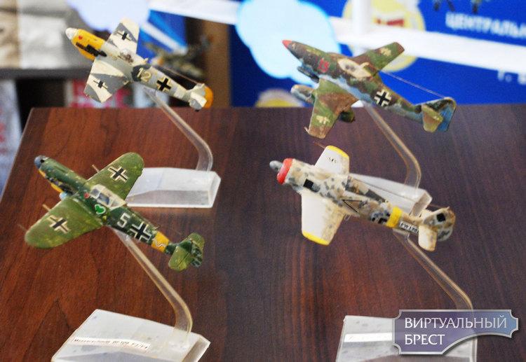 С красными звёздами и черными крестами. Выставка моделей самолетов ВОВ работает в Бресте