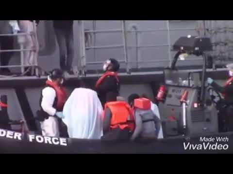 Und sie kommen über das Meer wie Heuschrecken 100 Illegale kamen ungefähr auf den Suchenden herein