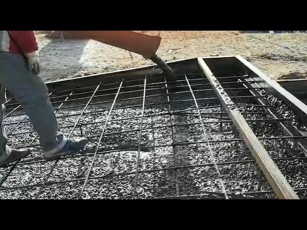 Миксер выплевывает бетон рекой