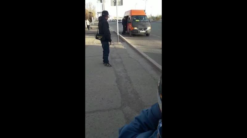 8) водителя оранжевого микроавтобуса, ГРНЗ 827 PYA 09, который 01.05.2019 г., 19 ч.02 м., на остановке «45 квартал» нелегально в