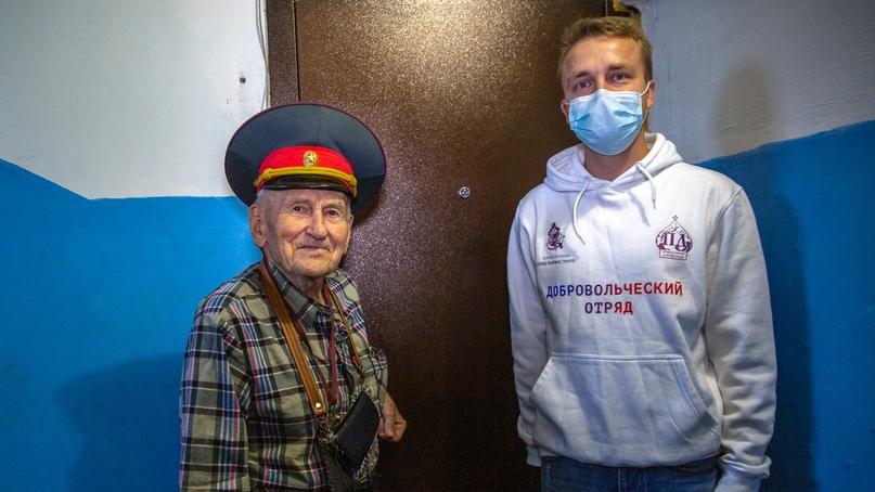 Сотрудники отеля Yalta Intourist передали подарки для ветеранов, изображение №2