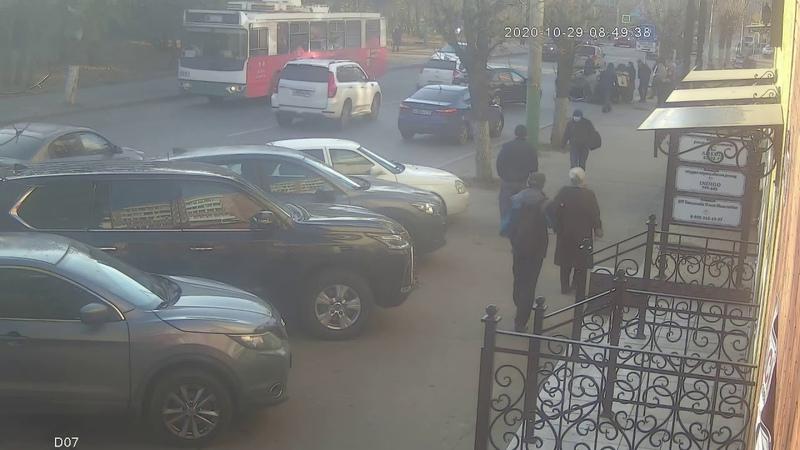 Жесткая Авария Рено перевернулась после выезда на встречку Пенза улица Калинина 30 октября 2020
