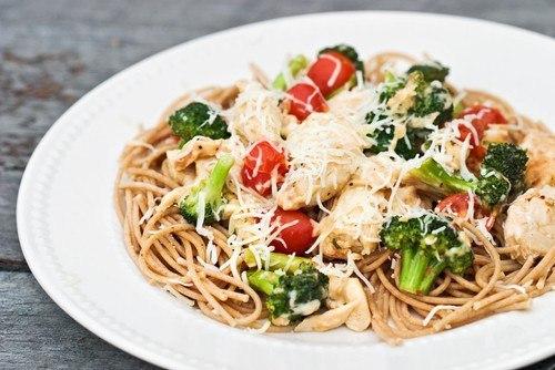 Спагетти с красным вином и брокколи.