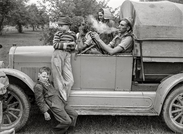 Семья сельскохозяйственных рабочих из Техаса на сборе вишни в округе Берриен, Мичиган, июль 1940 года