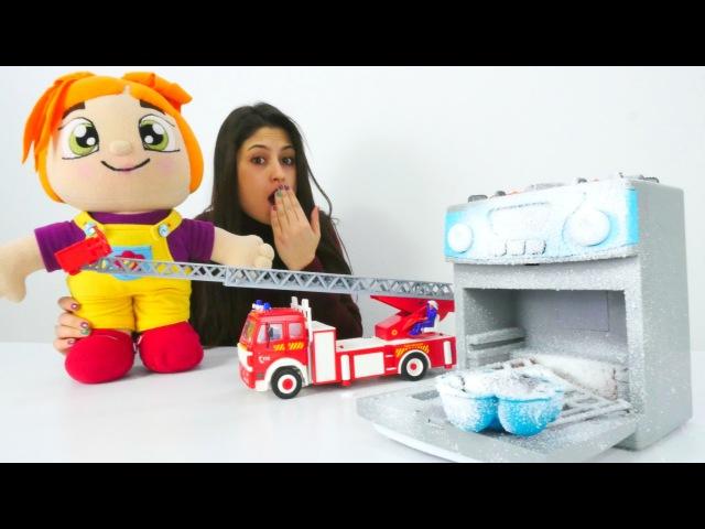 Lili kek yaparken yangın çıkarıyor.Oyuncak bebek bakımı👶Kızoyunları ve oyuncakları