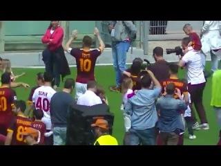 Roma-Chievo, i giocatori giallorossi fanno il giro di campo e salutano il pubblico