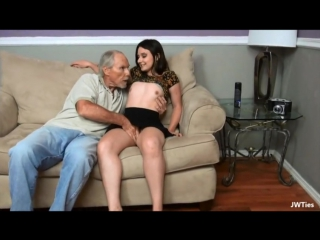 Порно дед поимел молоденькую девушку. Старик трахает молодую. старик лижет письку. Сосёт старику.