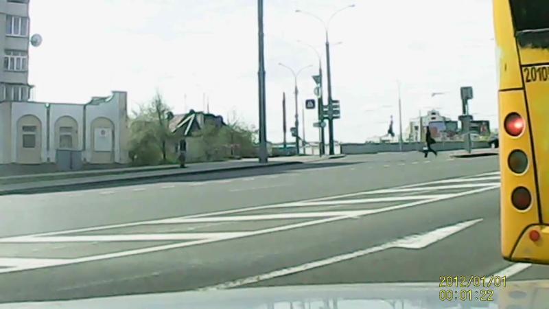 Резко перестроился и врезался в стоявший авто. Случай в Гродно на улице Брикеля.