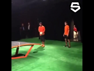 Роналдиньо играет в пинг-понг!