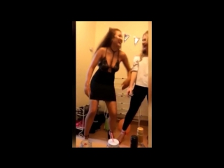 Девушка села задницей на штырь во время сексуального танца