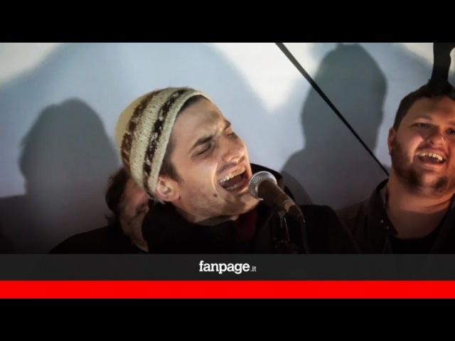 Luca Marinelli e Claudio Santamaria cantano Un'emozione da poco