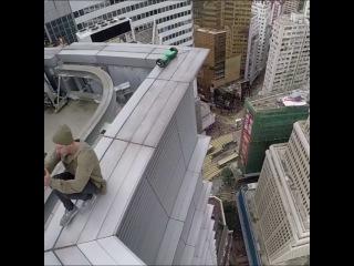 На краю крыши на гироскутере