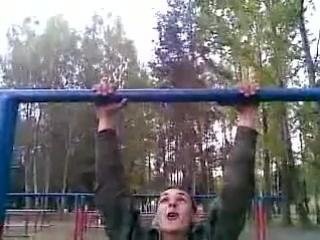 Вот как наша русская армия подтягивается на турнике.Смотрите и учитесь=)))