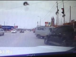 """ДТП УАЗ и Toyota Hilux у ТЦ """"У Виктора"""" в Якутске."""