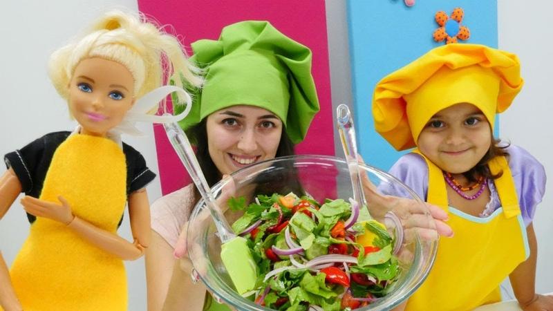 Barbie ve Sevcan Mini Mutfak'ta sağlıklı salata yapıyorlar