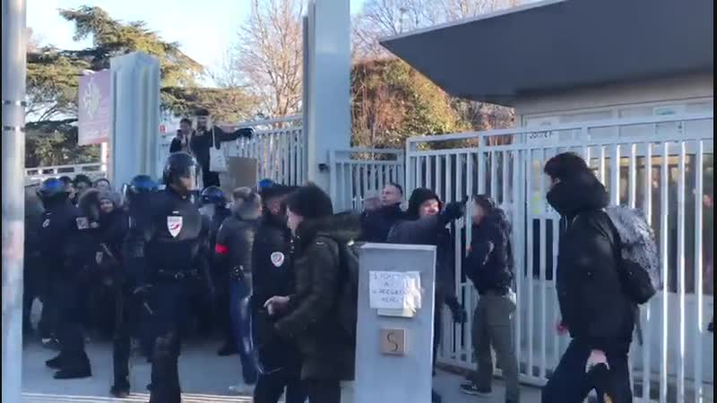 La police intervient devant le lycée Joffre ce jeudi matin alors qu'une cinquantaine de lycéens bloquent l'établissement