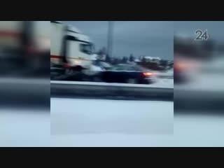 Протаранившая ограждение на трассе в РТ фура заблокировала движение