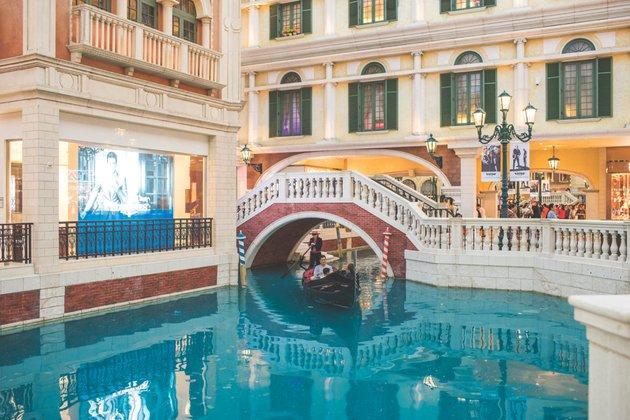 В комплексе The Venetian можно даже прокатиться на настоящей гондоле.