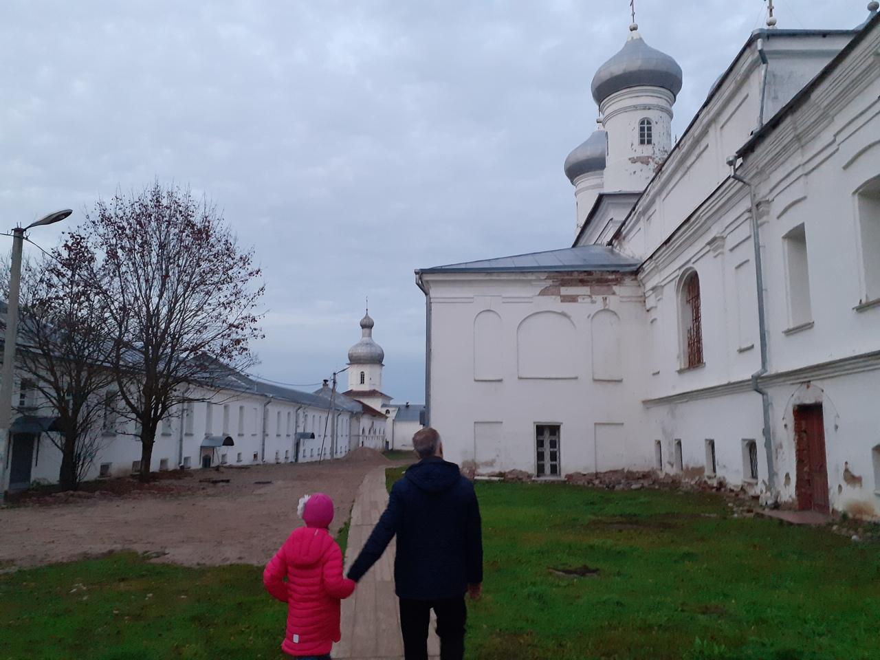 Новгород в октябре. Юрьев монастырь - самый древний в России. И крепость в свете вечерних огней