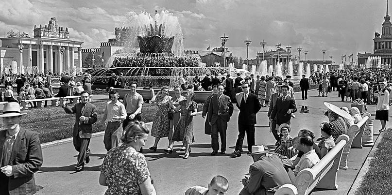 У фонтана «Каменный цветок» на ВСХВ. Май 1958 года.