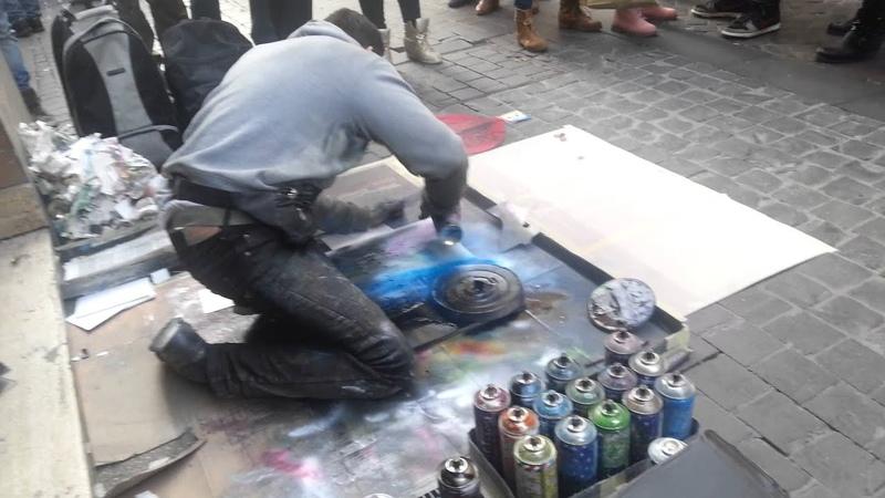 Artista callejero hace grafiti Elisa y Manu ROMA