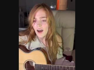 Jia Lissa играет на гитаре