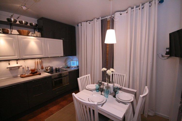 Современные длинные белые шторы на кухне