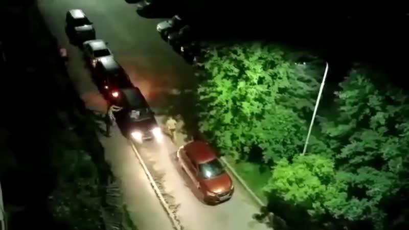 Жители с битами пытались остановить неадекватного водителя в Кубинке mp4