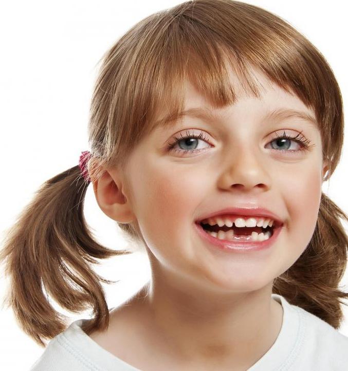 Дети начинают терять свои молочные зубы примерно к 6 годам.