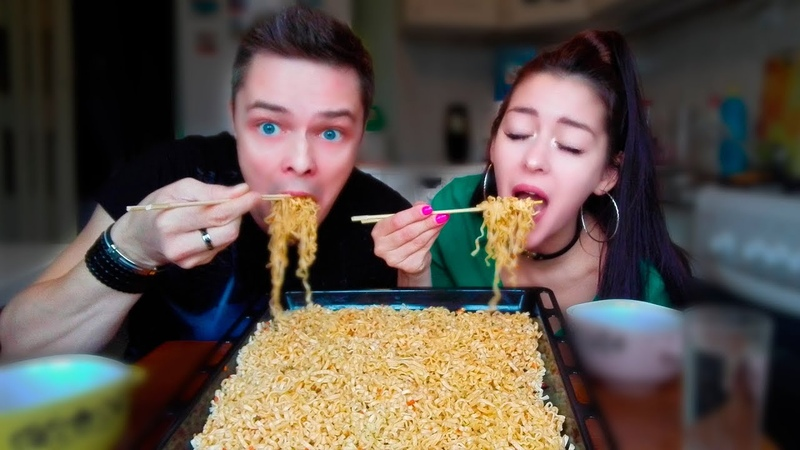 Парень vs Девушка   Едим лапшу палочками   Мукбанг   Guy vs Girl   Eating Noodles with Chopsticks