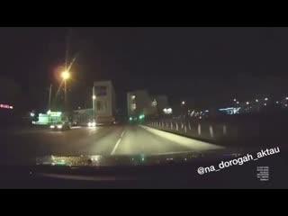 Парень выбежал на дорогу.mp4