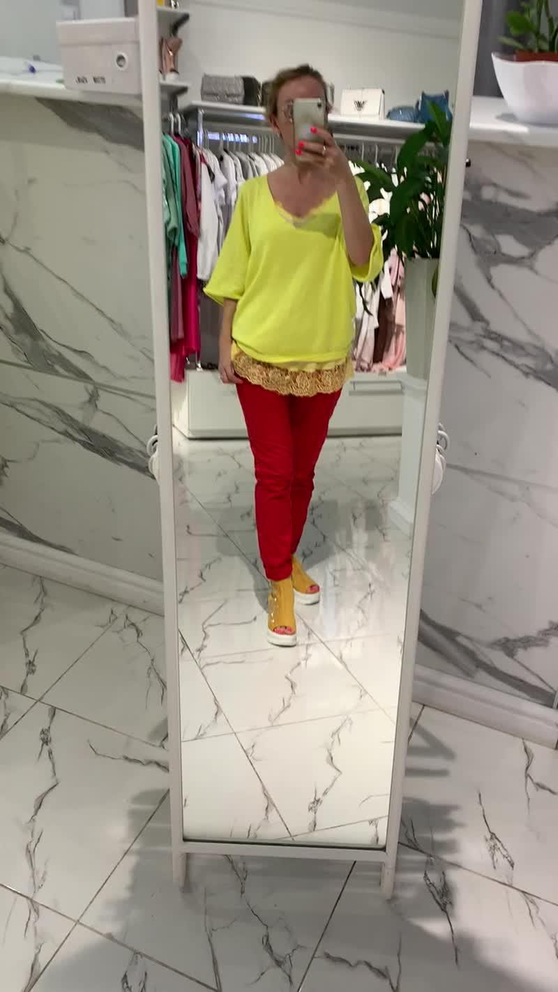 Желтая блуза и майка, красные брюки