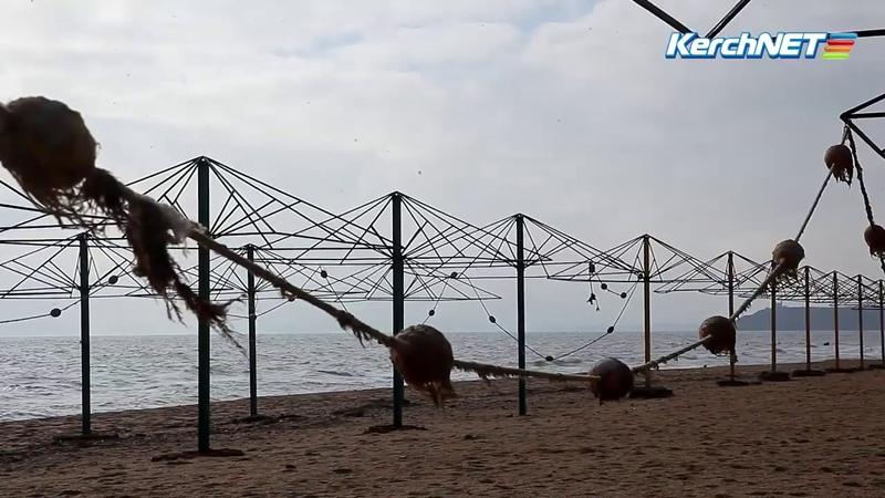 Керченский городской пляж дремлет в ожидании тепла