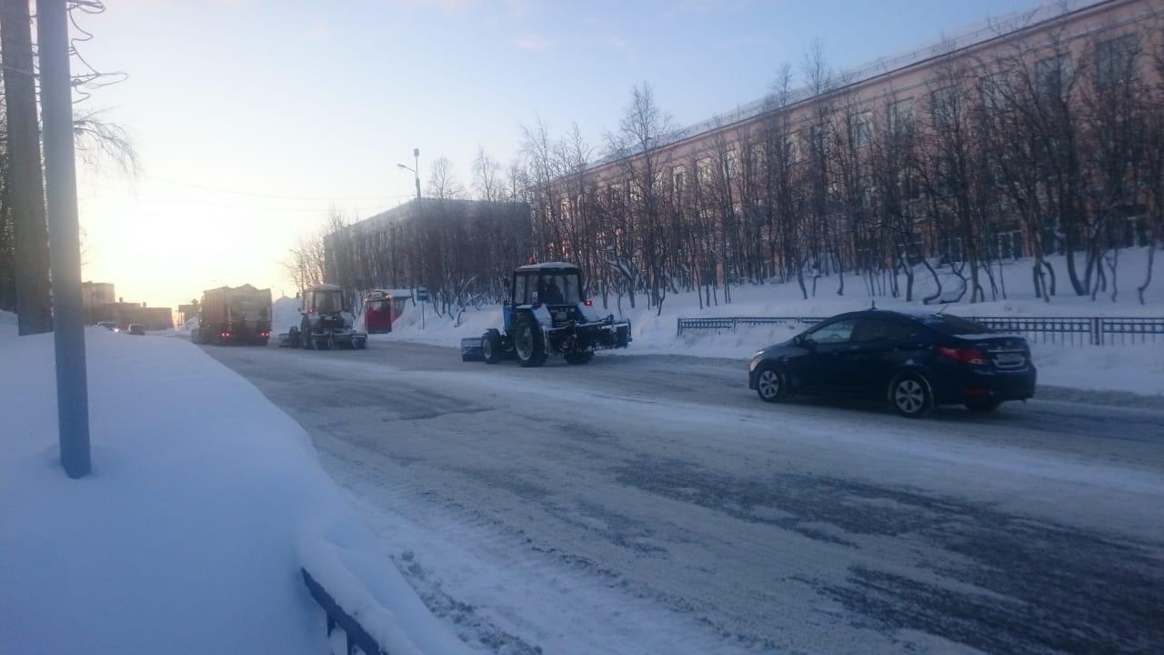 Колонна снегоуборочной техники в Кировске