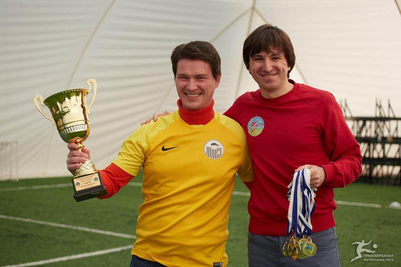 Денис Мохирев (Евгений Нестеров) получает чемпионский кубок из рук Ярослава Кяйвяряйнена.