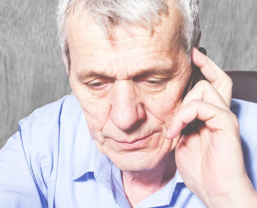 Человек, страдающий деменцией, может испытывать полную потерю памяти.