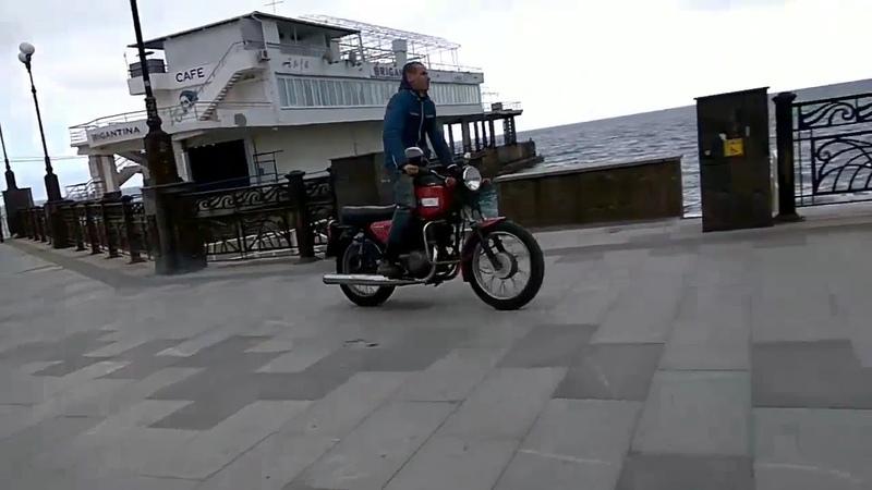 Мотоциклист на набережной Судака