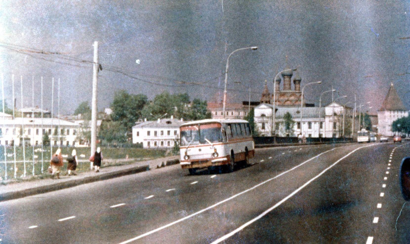 Автобус ЛАЗ на Московском проспекте, 1978 год