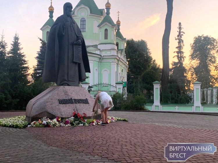 Девушки после акции возложили свои цветы к памятнику Афанасия Брестского на Машерова