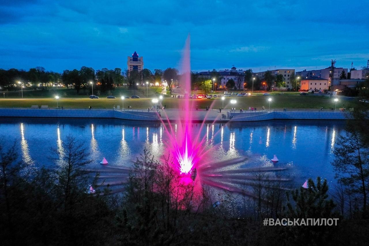 Показываем, как светится ночью фонтан на Набережной, из-за которого столько разговоров