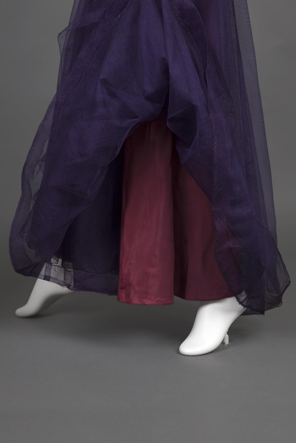 Шёлковое вечернее платье, украшенное вышивкой пайетками, 1938 год.
