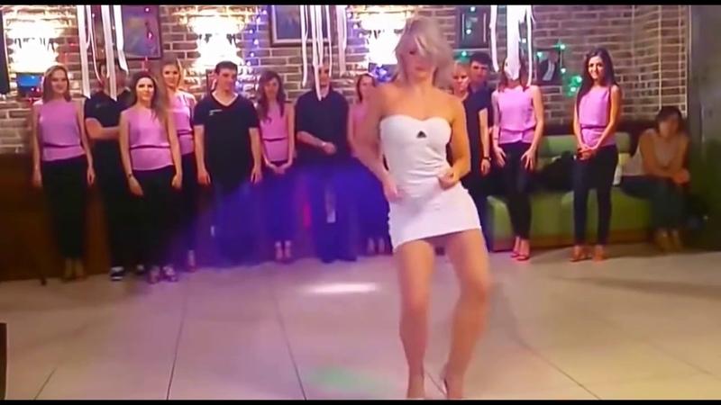Девушка классно танцует Супертанец девушки Весёлый танец девушки Зажигательно танцует девушка