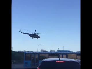 Военный вертолёт взлетает на Киевском шоссе, недалеко от города Московский