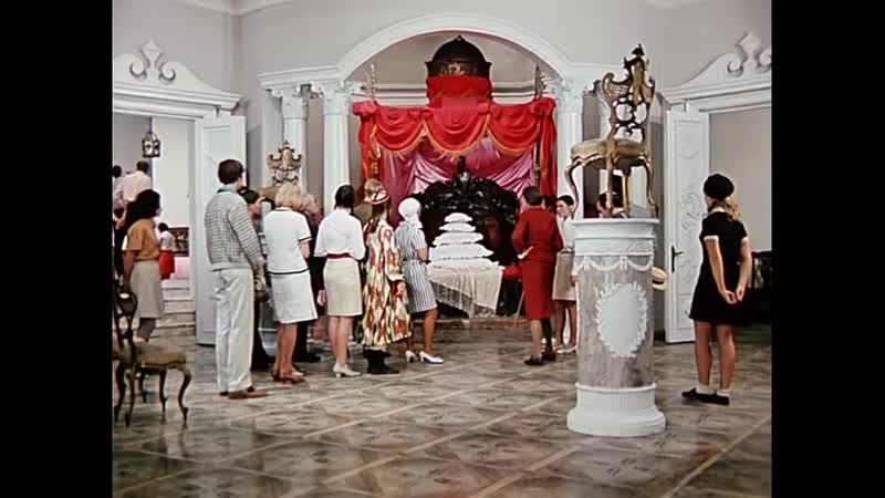В музее мебели Х Ф 12 СТУЛЬЕВ