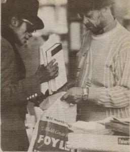 Майкл Джексон и его охранник Билл Брей пакуют купленные книги