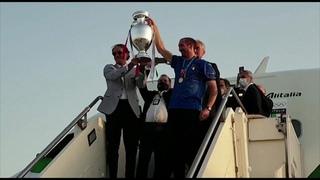 Euro2020, gli azzurri atterrano a Fiumicino: i campioni d'Europa accolti da 200 tifosi