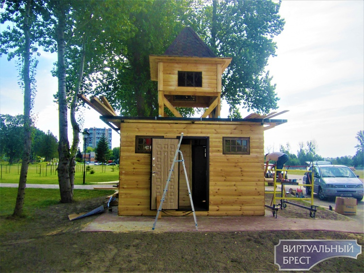 «Тук - тук, кто в теремочке живет?...», или как в Городскомъ саду Бреста появился сказочный деревянный домик
