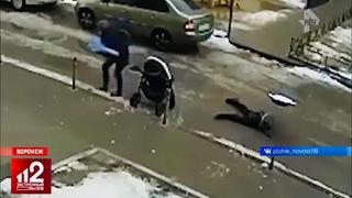Упал с 17 этажа и раздавил младенца   ЖУТКИЕ КАДРЫ!